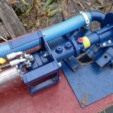 Här den hydrauldrivna pumpen med ett 6,5 hp hydraulaggregat vi normalt använder för våra hydrauldrivna vassklippare. Det fungerar med det aggregatet men en något kraftigare motor är att föredra. 9 eller 13 hp är lämpligt vid hydrauldrift.