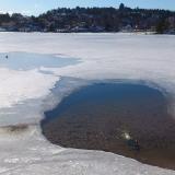 Det går utmärkt att muddra från isen. Här ett bad där man behövde flytta stora mängder av sand.