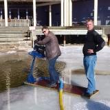 Det går utmärkt att muddra från isen. Man kan använda samma plattform som man normalt har på flotten