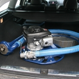 Punpen inklusive 2,5 m axel och slang får plats i de flesta personbilar.